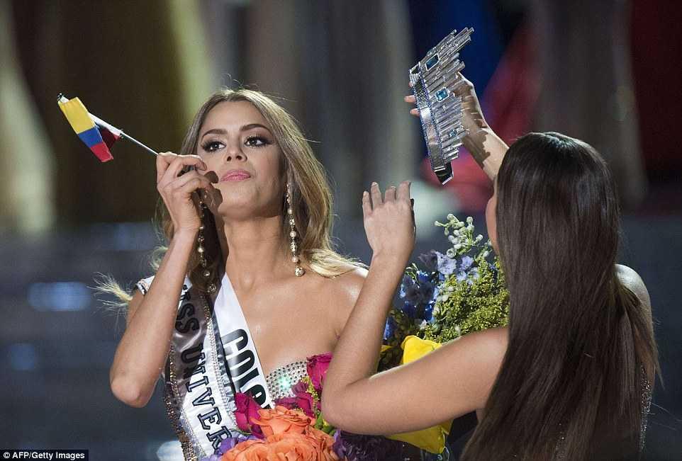 Vẫn cầm cờ Tổ quốc trên tay, nhưng cô đã không còn là niềm tự hào của người dân Colombia