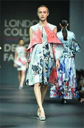 Bên cạnh đó, rất nhiều các mẫu thiết kế của sinh viên Học viện Thời trang London thu hút được sự chú ý của các khán giả