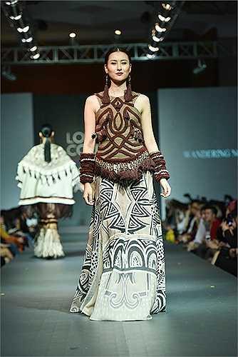 Hà Lade tiếp tục góp mặt trong Bộ sưu tập Wandering Nomad. Bộ trang phục do Hà Lade trình diễn được đánh giá rất cao về tính thẩm mỹ.