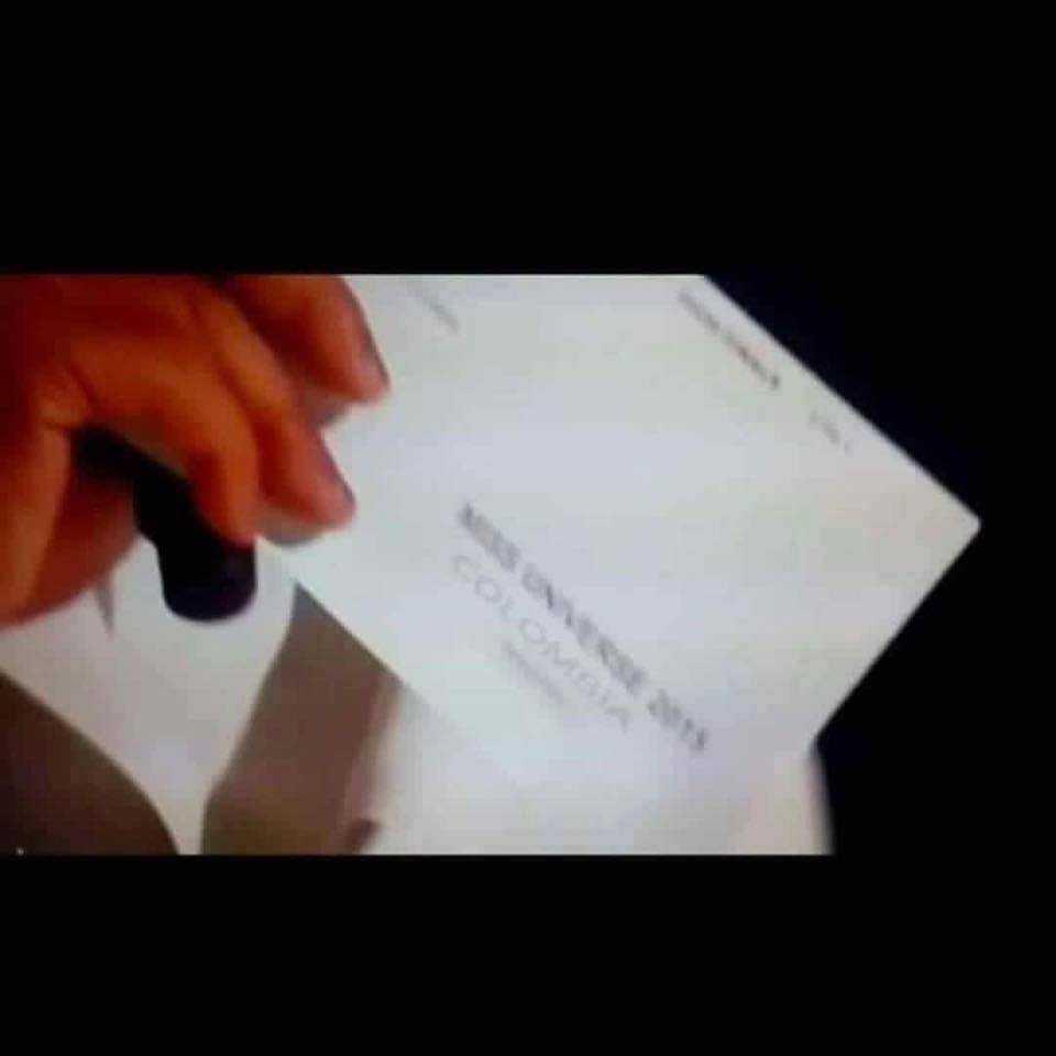 Ở chiếc phong bì đầu tiên, dòng chữ Colombia được in thẳng lên giấy