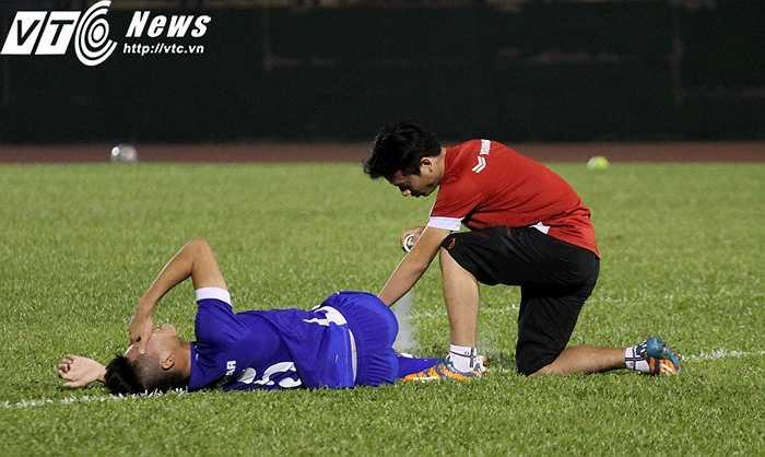 Trung vệ Nam Anh bị đau sau 1 pha va chạm với đồng đội
