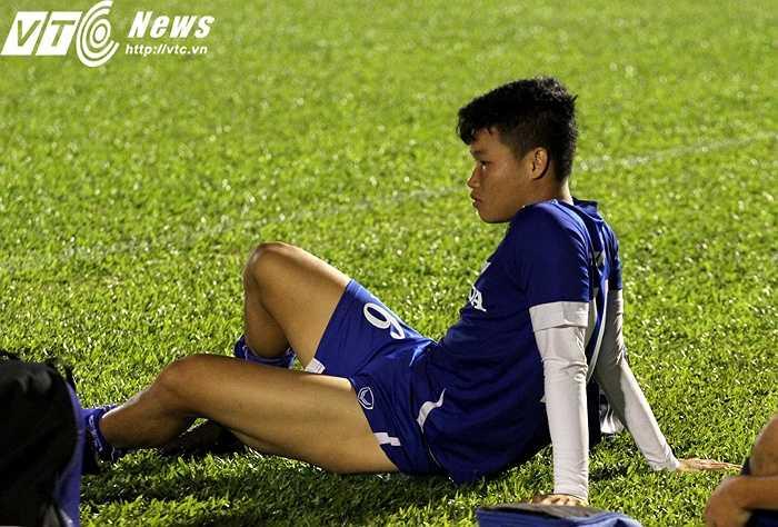 Trung vệ Đông Triều cũng phải bỏ dở giữa chừng buổi tập do bị căng cơ sau một nỗ lực tranh chấp bóng kém thế hơn đối phương. Những cầu thủ bị đau được BHL cho ra nghỉ lập tức, để tránh chấn thương