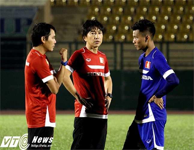 Hậu vệ HAGL mới được gọi bổ sung - Văn Thanh, được HLV Miura căn dặn vài điều trước khi kết thúc buổi tập