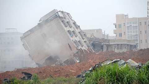 Hàng chục ngôi nhà bị phá hủy