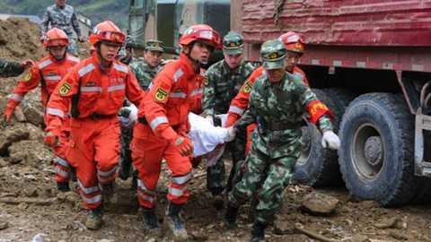 Một nạn nhân may mắn được cứu thoát sau lở đất
