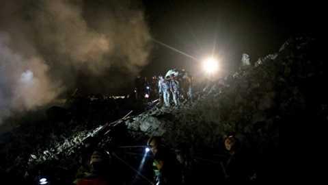 Trời tối gây nhiều trở ngại cho công tác cứu hộ