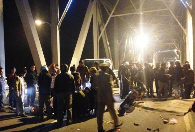 Lực lượng chức năng huyện Nghi Xuân, Hà Tĩnh khám nghiệm hiện trường vụ tai nạn trong đêm - Ảnh: D.Hòa