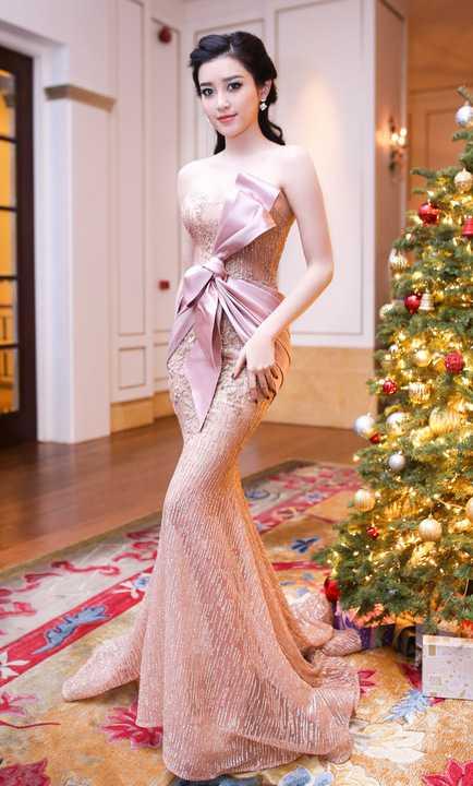 Vừa qua, Á hậu Huyền My đã tham gia sự kiện tại TP HCM. Người đẹp xuất hiện lộng lẫy với bộ váy xuyên thấu kết pha lê với gam màu pastel của nhà thiết kế Phạm Đặng Anh Thư.