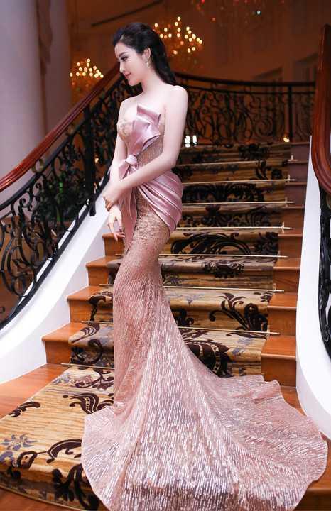 Bộ trang phục có phom dáng đuôi cá quen thuộc, điểm nhấn hoạ tiết nơ 3D to bản giúp cô gây ấn tượng về ngoại hình xinh đẹp.