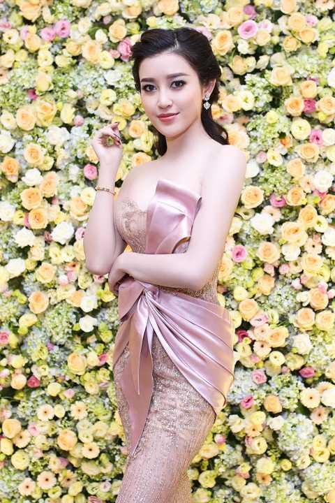 Thời gian gần đây, Huyền My hợp tác cùng nhà thiết kế Phạm Đặng Anh Thư với nhiều bộ cánh tinh tế và hợp thời trang nhất, giúp người đẹp 9x lọt vào top sao đẹp của những trang báo uy tín.