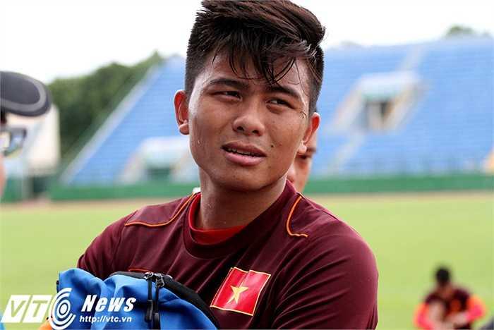 Cầu thủ được dự đoán sẽ là đội trưởng U23 Việt Nam tại VCK U23 châu Á sắp tới - Mạnh Hùng cho hay: 'Tinh thần toàn đội đang rất thoải mái. Việc di chuyển vào Nam nắng ấm giúp cả đội tập luyện tốt hơn so với khi ở ngoài Bắc trời rét, lạnh'