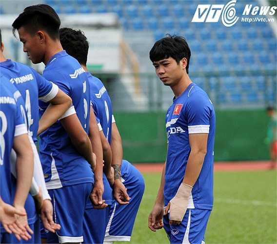 Trong buổi tập chiều nay của U23 Việt Nam, sắc thái của Công Phượng không được tốt. Có lẽ anh đang có nhiều tâm sự trước ngày vui lịch sử của cá nhân mình