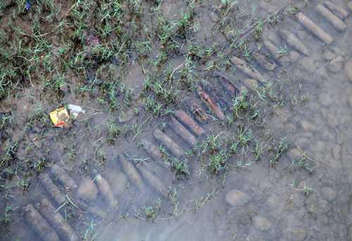 Số lượng đạn pháo lộ ra dưới sông - Ảnh: VNExpress