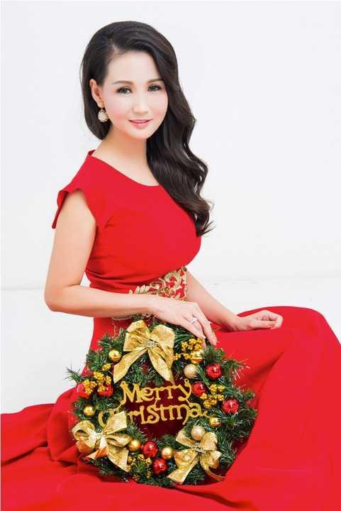 Hoa hậu cũng vừa có chuyến công tác trở về Việt Nam để thực hiện một số dự án nghệ thuật truyền thống đón Xuân