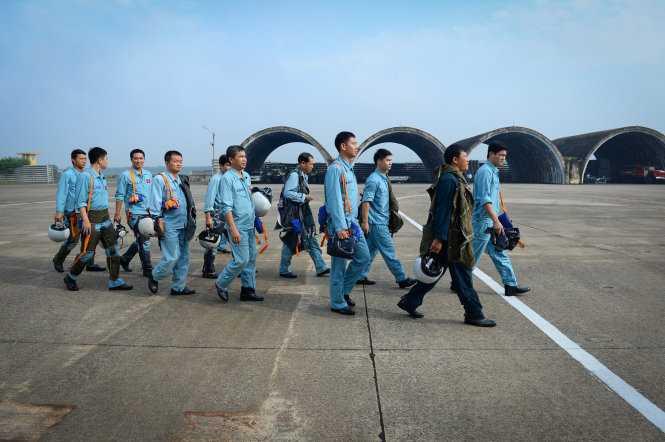 Phi công sau khi kiểm tra sức khỏe, tinh thần ổn định hành quân ra đường băng - Ảnh: Thuận Thắng