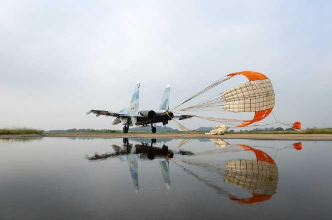 Su30Mk2 bung dù giảm tốc sau khi hạ cánh xuống đường băng - Ảnh: Thuận Thắng