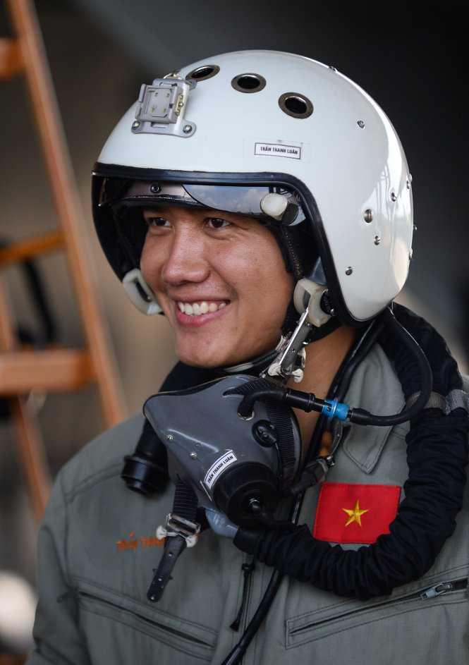 Phi công trẻ Trần Thanh Luân rạng rỡ sau một chuyến bay tập - Ảnh: Thuận Thắng