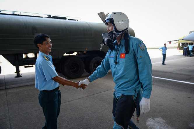 Hai chiến sĩ bắt tay chúc mừng nhau sau chuyến bay an toàn - Ảnh: Thuận Thắng