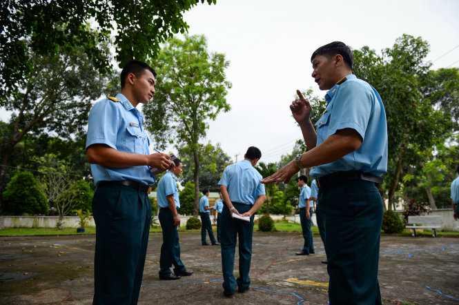 Phi công học trước hết là để đảm bảo sinh mạng cho mình nên tinh thần học cực kỳ nghiêm túc - Ảnh: Thuận Thắng