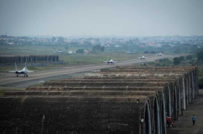 Hàng dài Su30Mk2 chờ xuất kích tại đường băng - Ảnh: Thuận Thắng