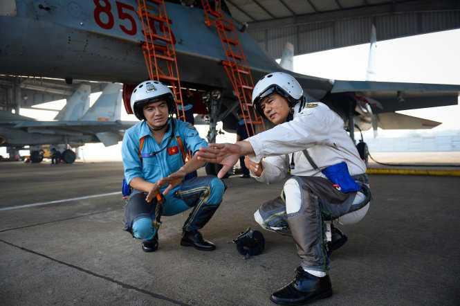Đại tá Phan Xuân Tình, tham mưu trưởng trung đoàn 935, hướng dẫn lại một số thao tác quan trọng trong bài bay cho phi công 9X Bùi Văn Lập trước khi lên máy bay - Ảnh: Thuận Thắng