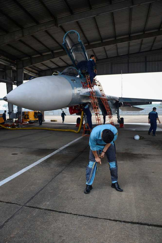 Phi công bắt buộc phải mặc quần kháng áp trước khi lên máy bay. Chiếc quần đặc biệt này có tác dụng khi phi công kéo quá tải, nó sẽ tự động thổi phồng, ép chặt vô mạch máu giúp phi công không bị thiếu máu não đột ngột, không bị choáng - Ảnh: Thuận Thắng