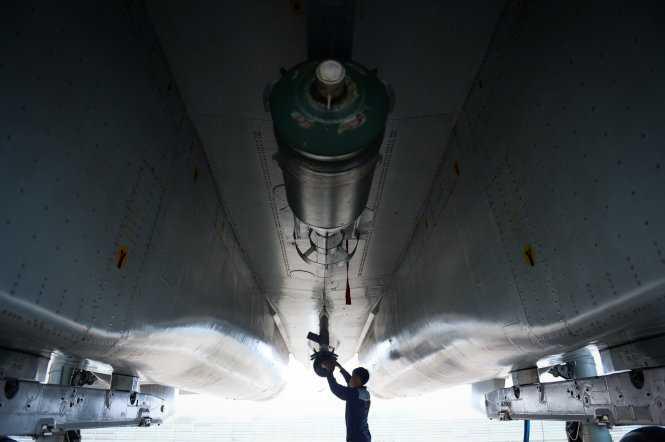 Kỹ sư gắn bom thật  lên Su30Mk2 cho bài diễn tập với các lực lượng mặt đất. Máy bay Su30Mk2 mang được tối đa 8 tấn bom trên 12 giá treo - Ảnh: Thuận Thắng