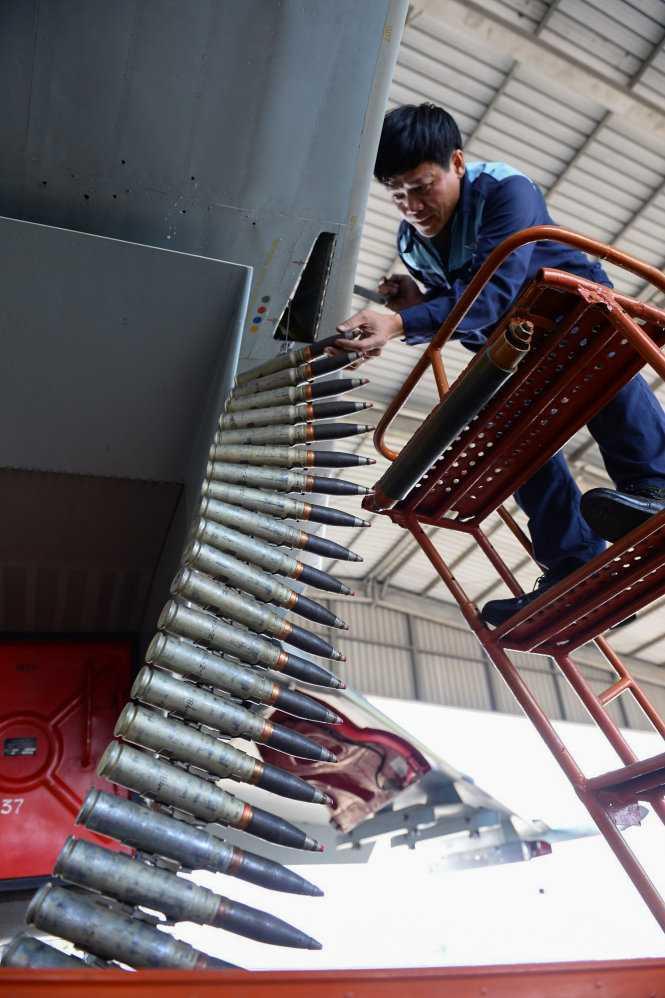 Kỹ sư lắp đạn cho máy bay Su30Mk2 - Ảnh: Thuận Thắng