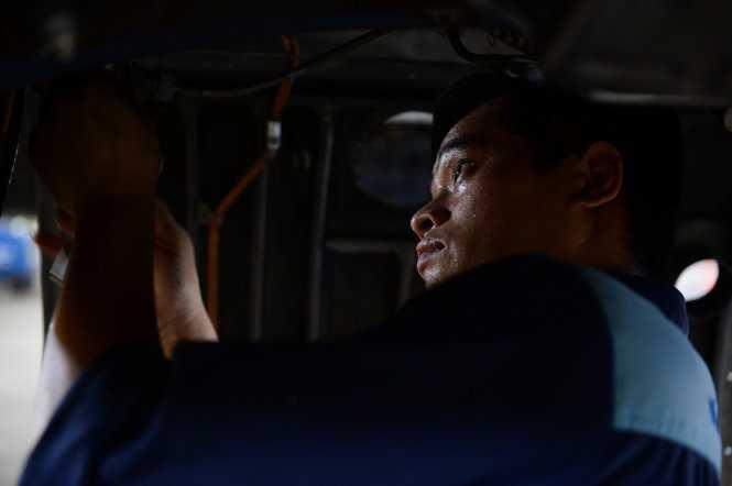 Trong các ca huấn luyện kỹ sư Su30Mk2 làm việc từ 3g sáng, công việc căng thẳng với đòi hỏi sự chính xác tuyệt đối - Ảnh: Thuận Thắng