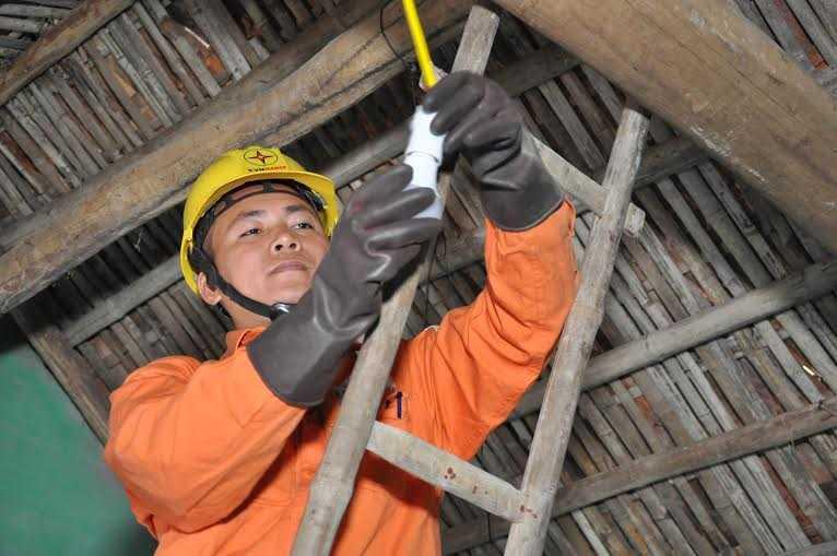 Cán bộ, nhân viên EVN thay đèn led miễn phí cho các hộ gia đình nghèo