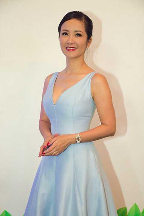 Nhẹ nhàng với phong cách giản dị trong chiếc váy xanh da trời tươi mát, nàng Bống Hồng Nhung khéo léo khoe nét mặn mà của bà mẹ hai con.