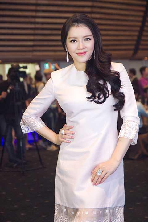 Nữ diễn viên sang trọng trong chiếc váy trắng tinh khôi kết hợp những họa tiết ren tinh tế, đi kèm những phụ kiện trang sức ấn tượng, tôn lên sự đẳng cấp của quý cô Lý Nhã Kỳ.