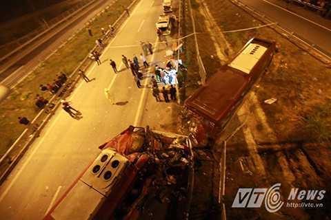 Hiện trường vụ tai nạn giao thông thảm khốc xảy ra trên tuyến đường cao tốc Nội Bài – Lào Cai