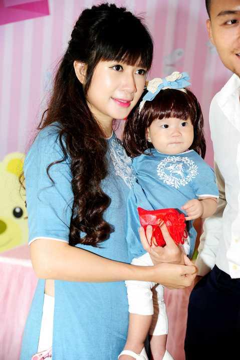 Vừa qua, vợ chồng Lý Hải đã tổ chức bữa tiệc mừng sinh nhật lần đầu tiên của cô công chúa Sunny (tên thật Tuệ Minh) . Gần 200 khách mời là bạn bè thân thiết của vợ chồng Lý Hải đã được mời đến dự buổi tiệc đặc biệt này.