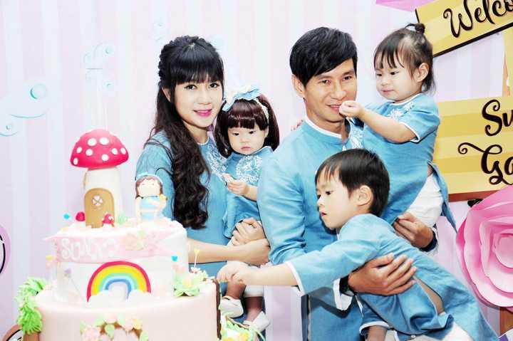 Đặc biệt, những hình ảnh ngộ nghĩnh của bé Sunny Nguyễn Tuệ Minh từ lúc lọt lòng đều được bố mẹ cho vào khung hình đặt ở những vị trí trang trọng cũng như từng bàn tiệc của khách mời.
