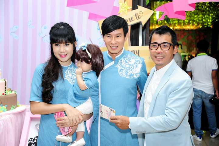 Tổ ấm của Lý Hải – Minh Hà được nhiều người ví như gia đình hạnh phúc kiểu mẫu của showbiz Việt. Sau nhiều năm bên nhau, cặp đôi đã có ba nhóc tì cực đáng yêu như minh chứng cho tình yêu của mình.