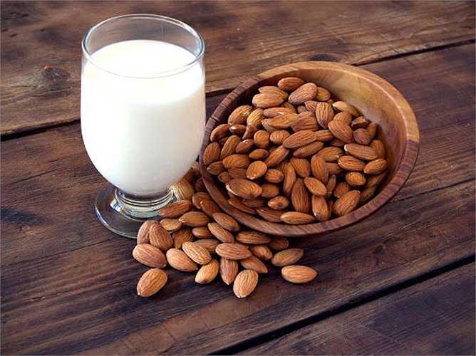 Sữa hạnh nhân: Mùa đông là một mùa thường không giúp bạn giảm cân. Tuy nhiên, nếu bạn ăn các loại thực phẩm giúp đốt cháy calo, thì sẽ giúp giảm cân đáng kể. Thay vì dùng sữa thông thường bạn có thể dùng sữa hạnh nhân, nó còn chứa nhiều protein và vitamin hơn.