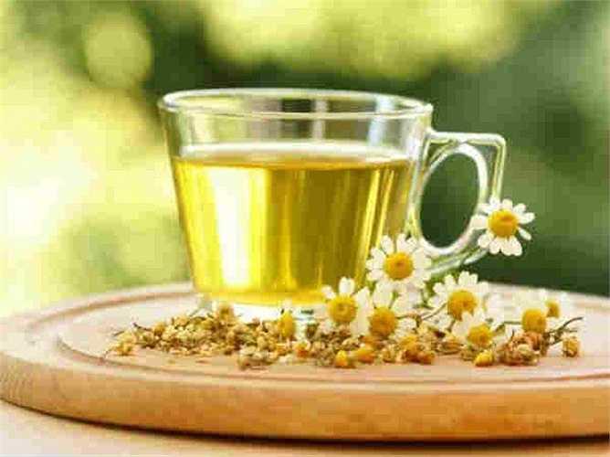Trà hoa cúc: tốt cho việc giảm cân. Trà hoa cúc giúp sản xuất nhiệt trong cơ thể, từ đó giúp đốt cháy mỡ vòng eo. Trà hoa cúc nên được tiêu thụ hai lần trong một ngày để đốt cháy chất béo ở bụng.