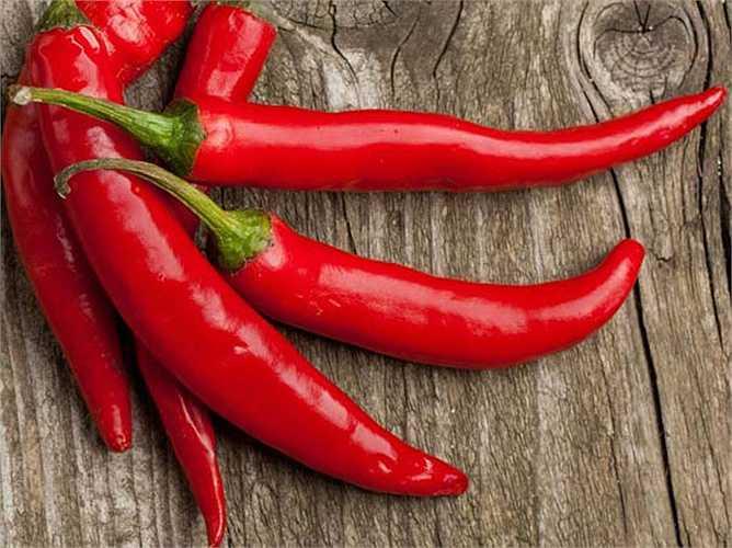 Ớt: Các thức ăn ấm tốt nhất giúp đốt cháy chất béo trên vòng eo là ớt. Các chuyên gia nói rằng bạn nên tiêu thụ các loại thực phẩm tốt ấm nóng trong mùa đông, để giảm cân một cách tự nhiên.