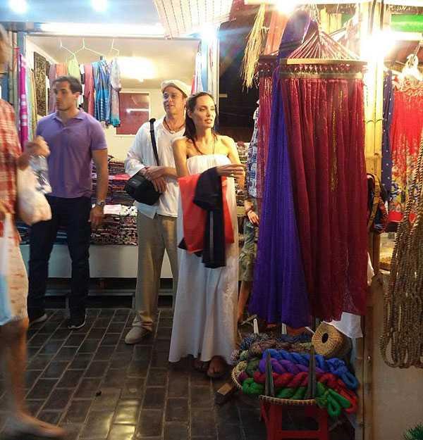 Vợ chồng Jolie mải mê mua sắm trong chợ đêm ở Siem Riep.