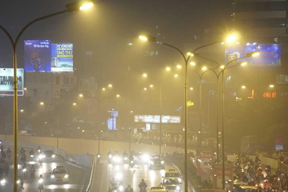 Nhìn vào các bóng đèn chiếu sáng, thấy rất rõ màn sương đang bao trùm thành phố.