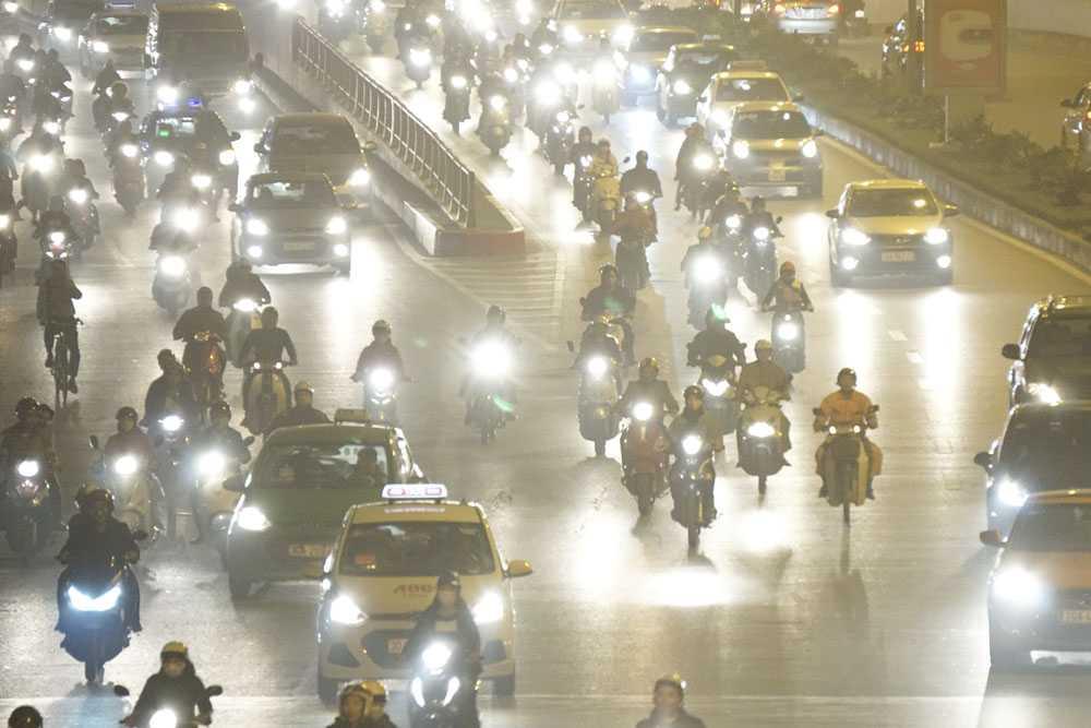 Ánh sáng đèn đường và các phương tiện giao thông nhòe nhoẹt, mù mịt.