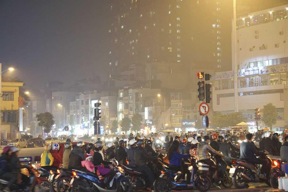 Trong khi đó hướng về trung tâm thành phố sương mù bớt dần.
