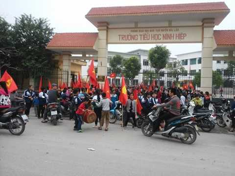 Cả trăm học sinh tiểu học, trung học cơ sở tập trung trước cổng trường tiểu học Ninh Hiệp phản đối xây trung tâm thương mại