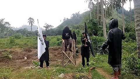 Nhóm IS huấn luyện các thành viên mới trong một khu rừng ở Philippines