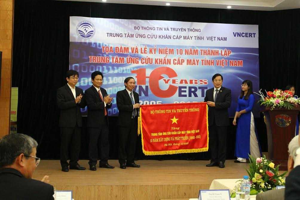 VNCERT nhận chướng lưu niệm của Bộ TTTT từ Bộ trưởng Nguyễn Bắc Son