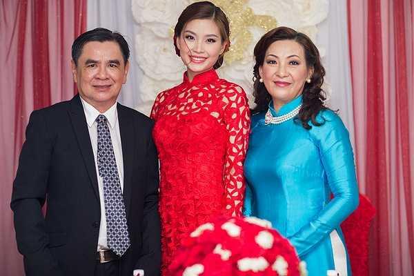 Vào chiều 24/12 đám hỏi của Á hậu Diễm Trang và ông xã Xuân Du đã được diễn ra tại Vĩnh Long, nhà riêng của cô dâu.