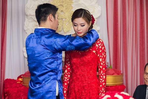 Diễm Trang đẹp rạng ngời trong bộ áo dài ren màu đỏ tuyệt đẹp, cô vô cùng xinh đẹp trong ngày trọng đại.