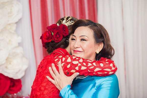 Hôn lễ dưới quê có sự góp mặt của gia đình Diễm Trang, Xuân Du, họ hàng 2 bên và bạn bè thân thiết.