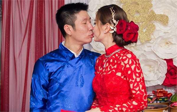 Cô dâu chú rể dành cho nhau nụ hôn hạnh phúc